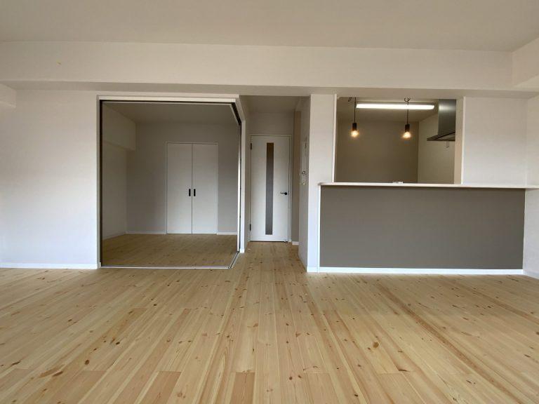 マンションリノベーション物件~リビング編~<br />床材は無垢材を使用、段差の解消など