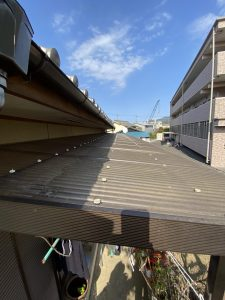 大分市W様邸での波板屋根フック交換工事のリフォーム施工事例 交換前