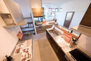 ショールーム型リフォーム店 リフォネ大分店内の様子、展示キッチン